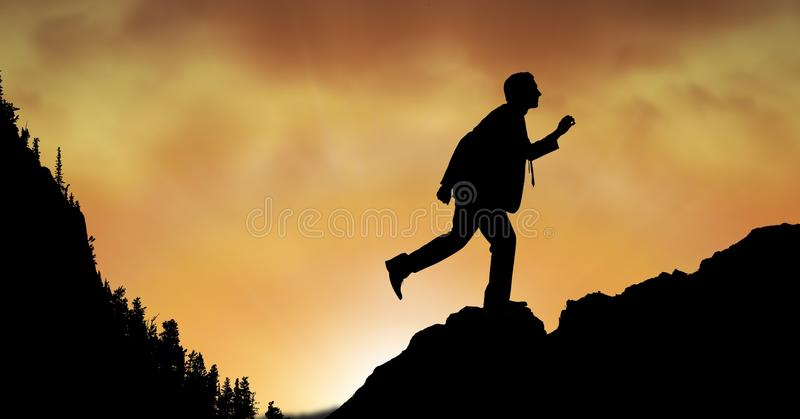 Konturaffärsman som går på berget under solnedgång royaltyfri foto