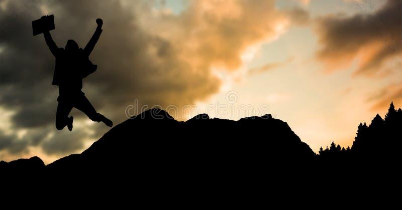 Konturaffärsmanbanhoppning på berget under solnedgång arkivfoton