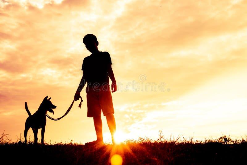 Konturbarn som spelar med hundkapplöpning royaltyfri fotografi