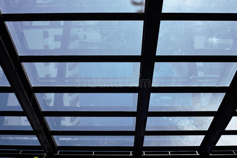 Konturbild av stålramen för glass tak arkivbild