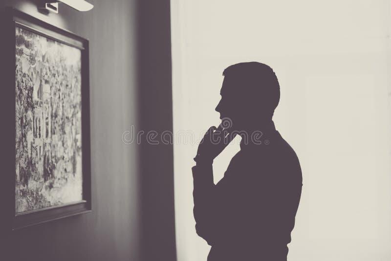 Konturbilden av en man står och blicken framåtriktat royaltyfri bild