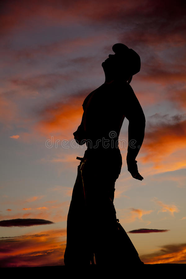 Konturcowboy som ingen skjorta lutar ser tillbaka upp royaltyfri bild