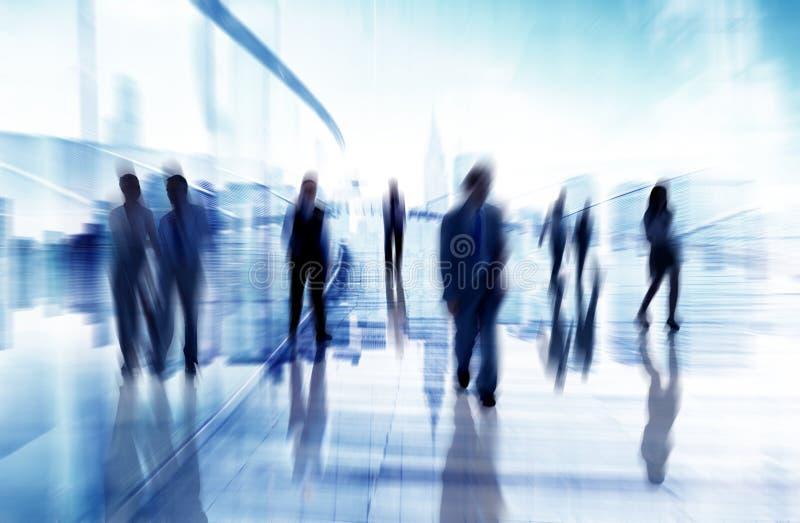 Konturer av affärsfolk i suddigt gå för rörelse arkivbilder