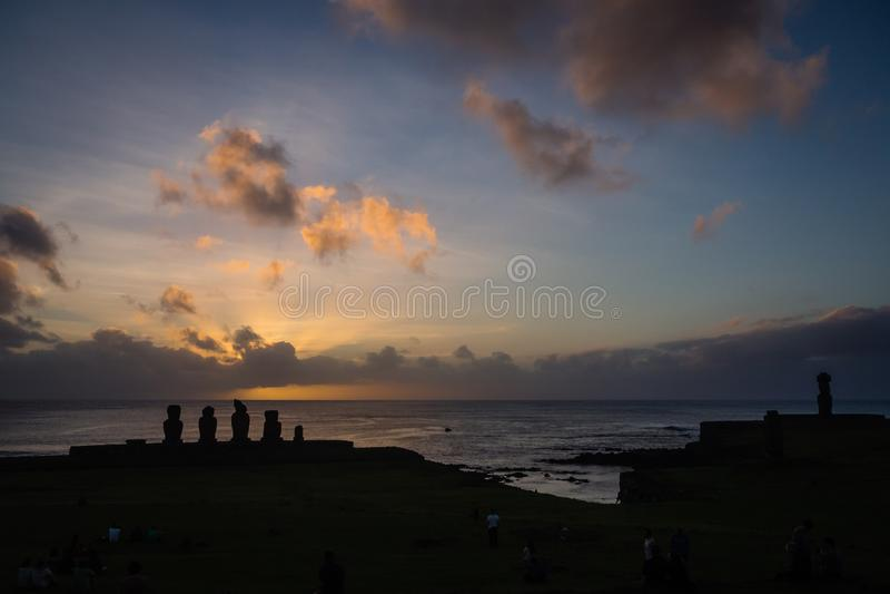 Konturer av den Ahu Tahai moaien i Hanga Roa, påskö under solnedgång royaltyfri foto