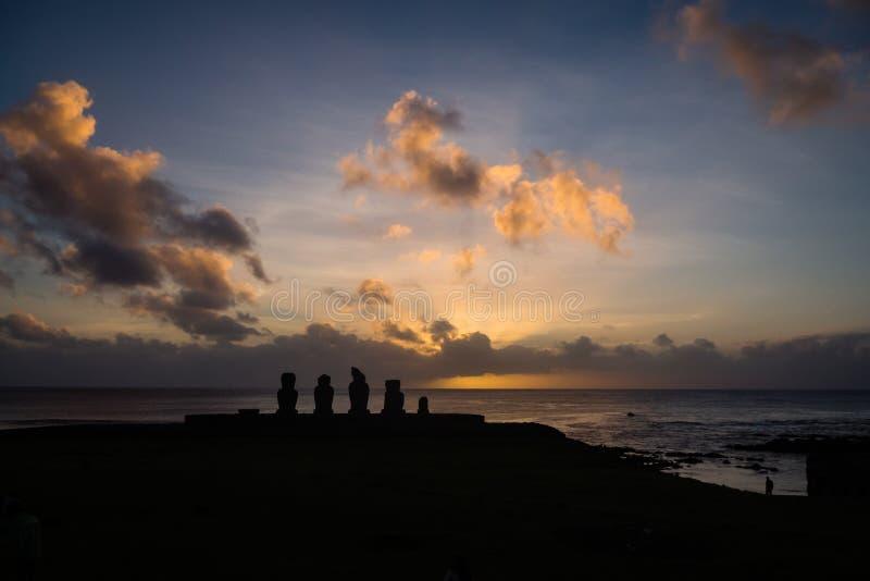 Konturer av den Ahu Tahai moaien i Hanga Roa, p?sk? under solnedg?ng arkivbilder