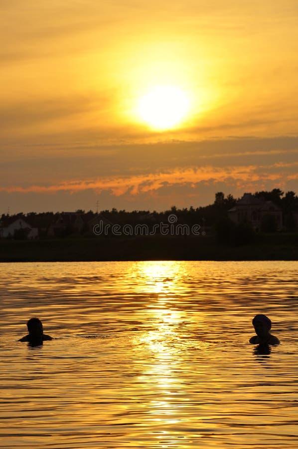 Konturer av folk i vattnet royaltyfri bild