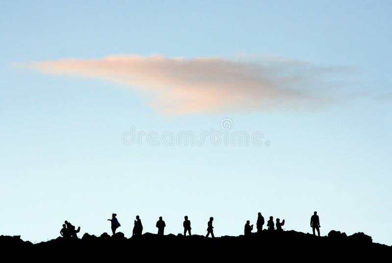 Konturer av folk på kulleöverkantsammankomsten arkivfoto