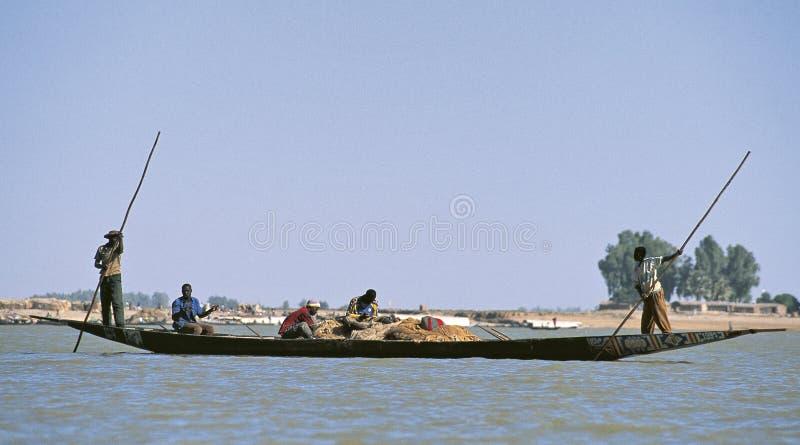 Konturer av folk på Niger River arkivbild