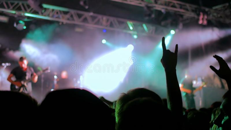 Konturer av folk som festar p?, vaggar konsert royaltyfria bilder