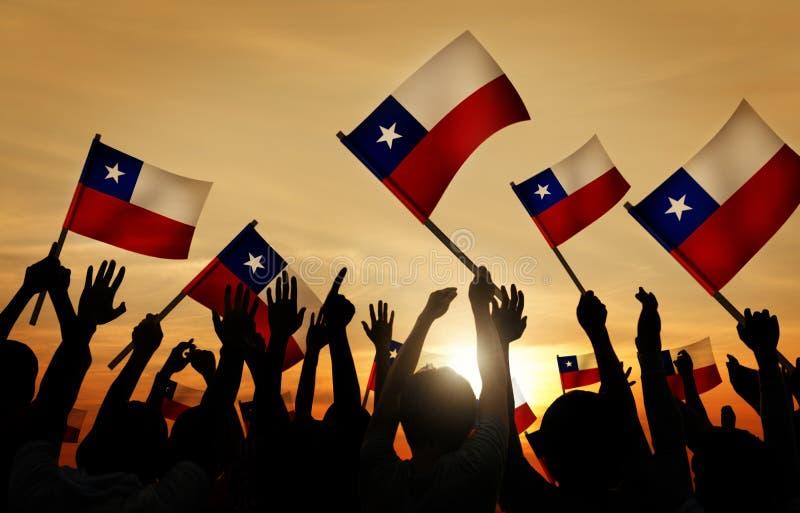 Konturer av folk som rymmer flaggan av Chile royaltyfria bilder