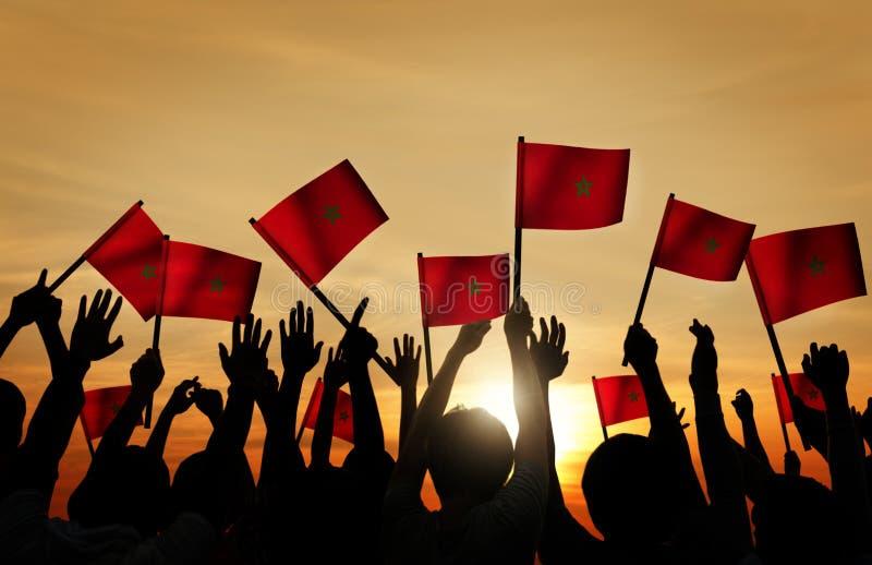 Konturer av folk som rymmer flaggan av Marocko royaltyfri illustrationer