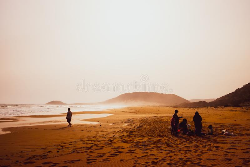 Konturer av folk som spelar i den sandiga guld- stranden, Karpasia, Cypern royaltyfria bilder
