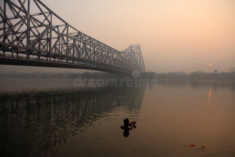 Konturer av folk tar badet i floden royaltyfria foton