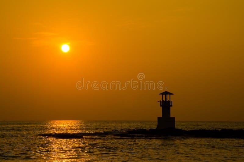 Konturer av fyren på solnedgången royaltyfri fotografi