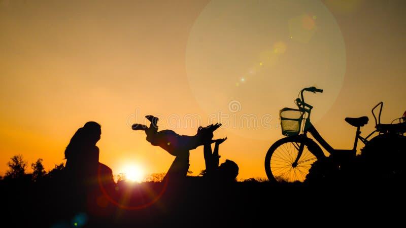 Konturer av lyckliga familjer spelar tillsammans på parkera i et arkivbilder