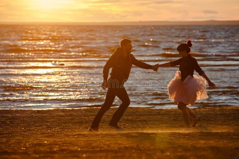 Konturer av män och kvinnor i den frodiga korta kjolen, rinnande ac royaltyfri fotografi