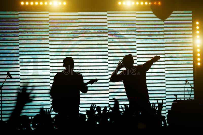 Konturer av musikmusikbandet på etappen Konsertplats royaltyfri bild