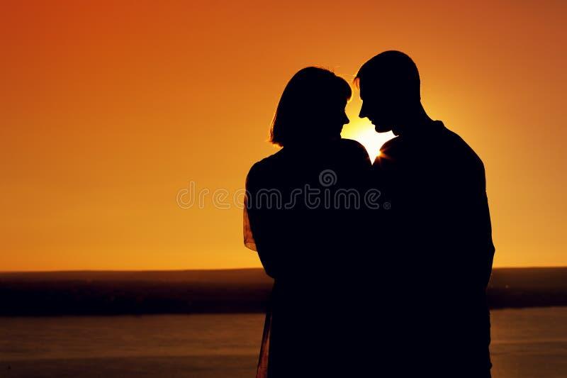 Konturer av romantiska par som tillsammans står royaltyfria bilder