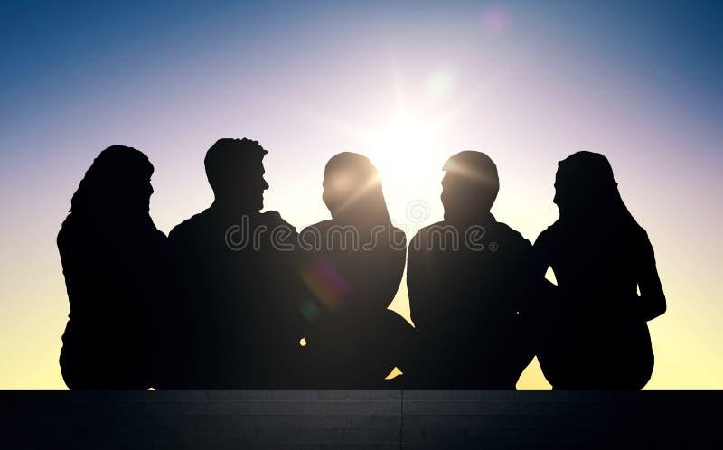 Konturer av vänner som sitter på trappa över solen stock illustrationer
