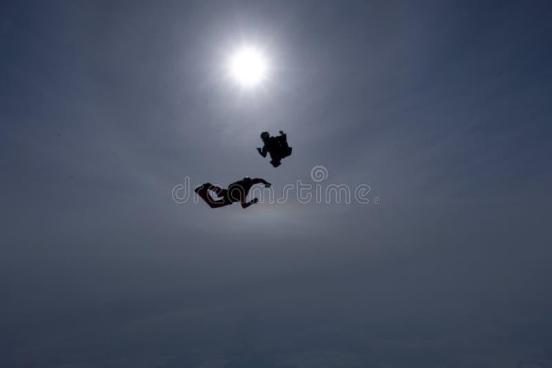 Konturerna av skydivers är i himlen royaltyfria foton