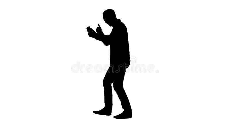 Konturfritid, teknologi, kommunikation och folkbegrepp - ung man som använder och kallar på smartphonestund stock illustrationer