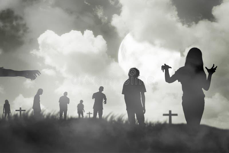Konturgrupp av levande döden som går under fullmånen royaltyfri fotografi