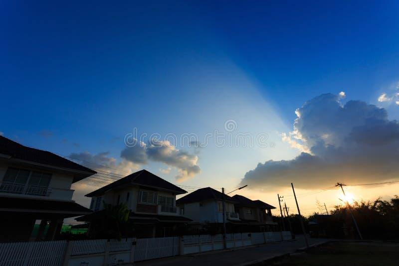 Konturhus av byförort med härlig himmel arkivfoton