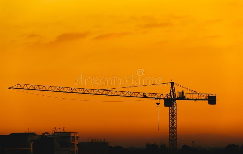 Konturkonstruktionskranar och byggnader royaltyfria foton
