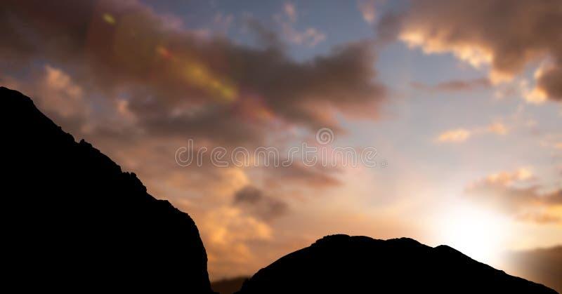 Konturkullar mot himmel under solnedgång royaltyfri foto
