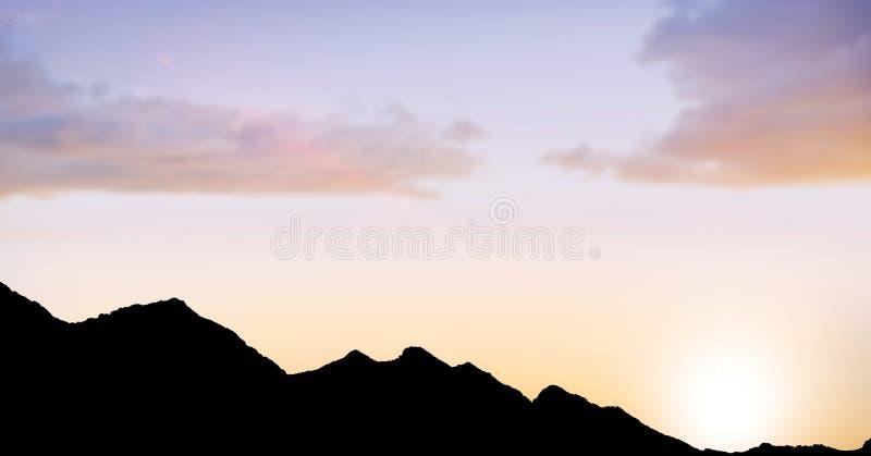 Konturkullar mot himmel under solnedgång royaltyfria bilder