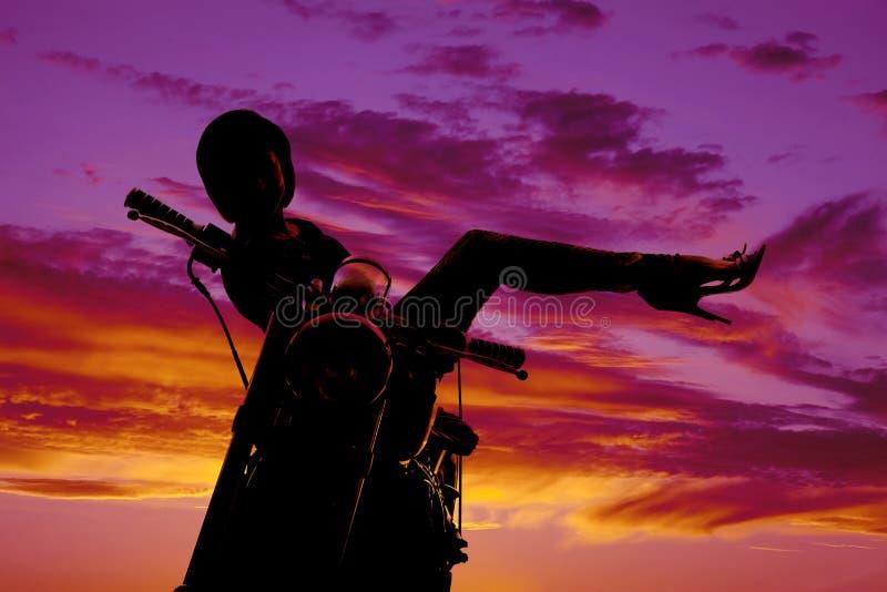 Konturkvinnan på motorcykeln sitter upp sidoben royaltyfria foton