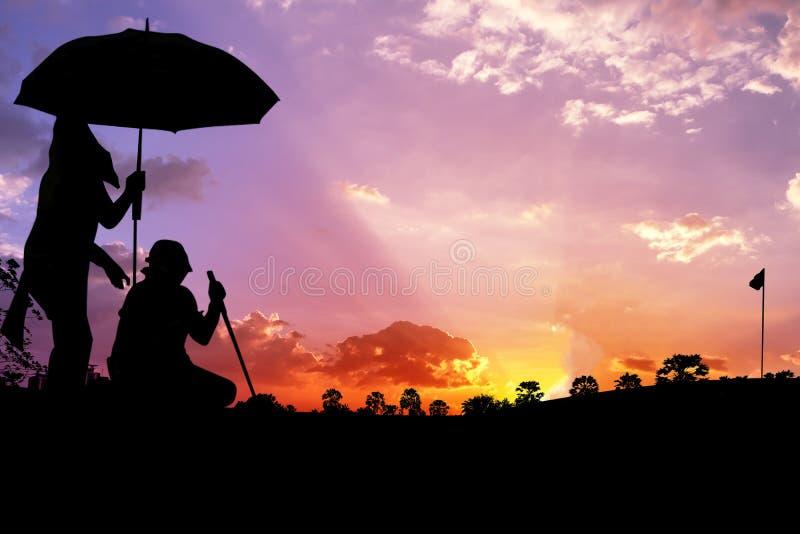 Konturman med caddier som spelar golf royaltyfri fotografi