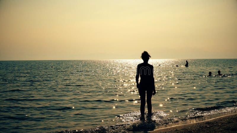 Konturmodemodell ut ur havsvatten på solnedgången royaltyfri foto