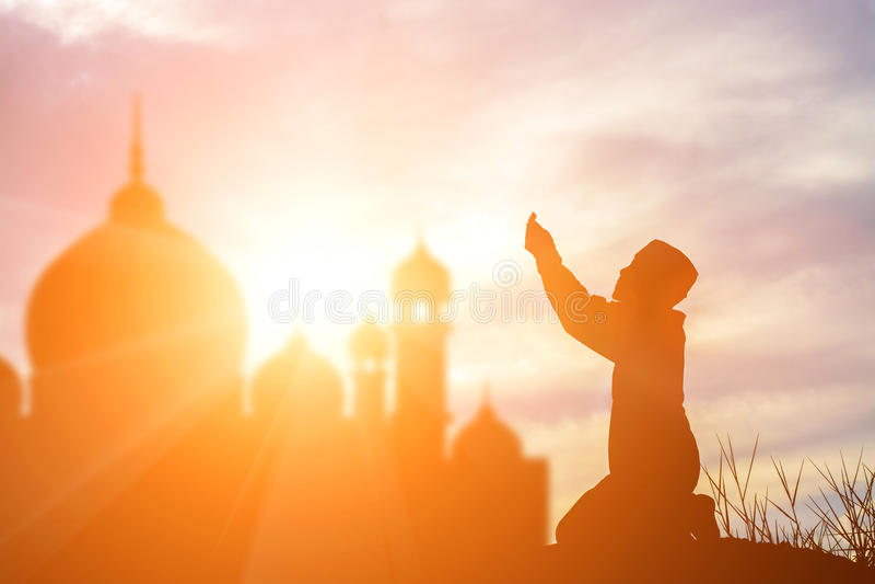 Konturmuslimpojke som ber tro i den allah guden av islamsuprem arkivfoton