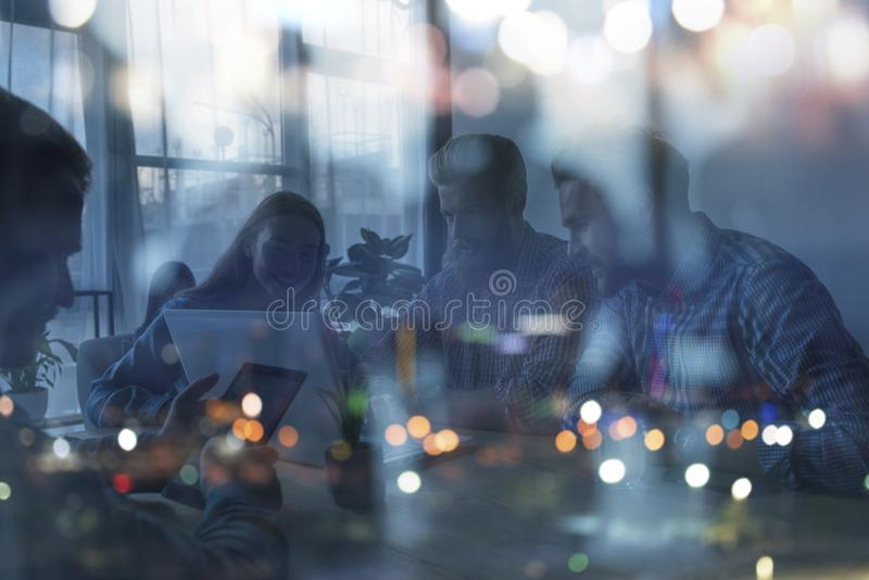 Konturn av affärsfolk arbetar tillsammans i regeringsställning Begrepp av teamwork och partnerskap dubbel exponering royaltyfri foto