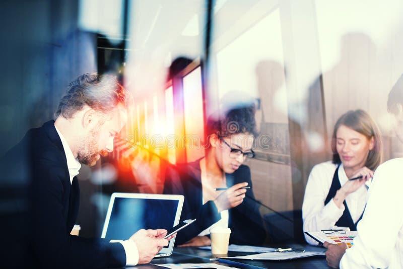 Konturn av affärsfolk arbetar tillsammans i regeringsställning Begrepp av teamwork och partnerskap Effekter för dubbel exponering royaltyfria bilder