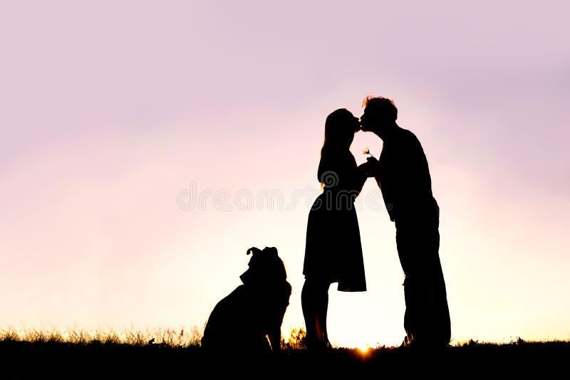 Konturn av att älska barn kopplar ihop den kyssande yttersidan på datum på solen arkivfoto