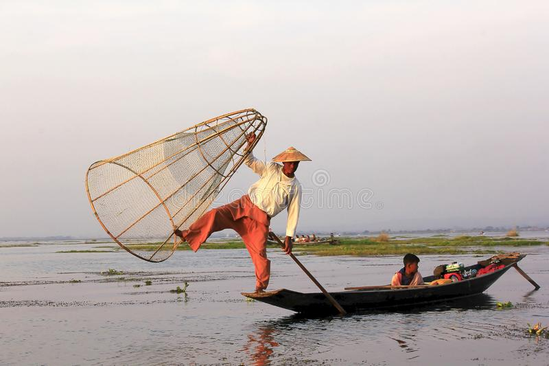 Konturn av en fiskare i Inle sjön royaltyfri fotografi