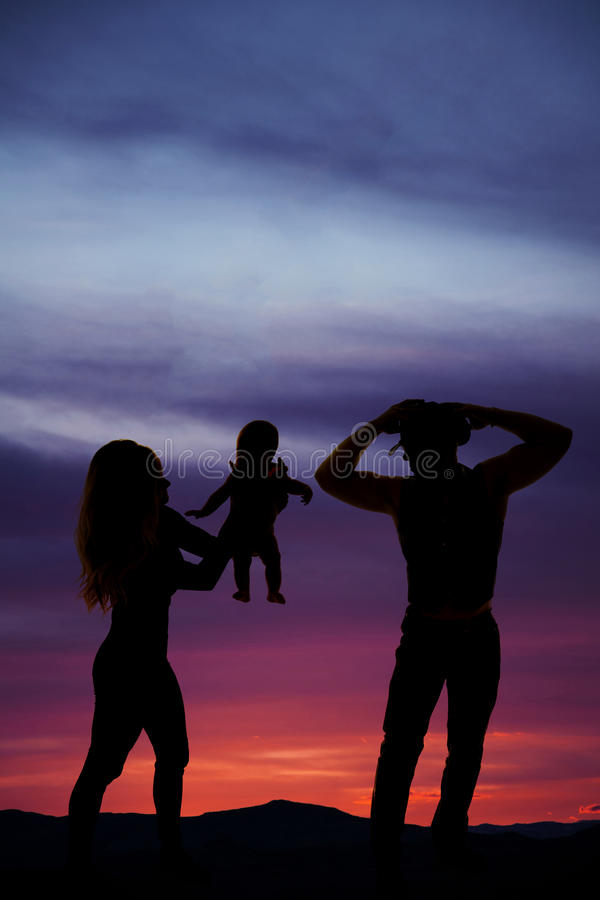 Konturn av en hållande kvinna henne behandla som ett barn ut arkivfoto