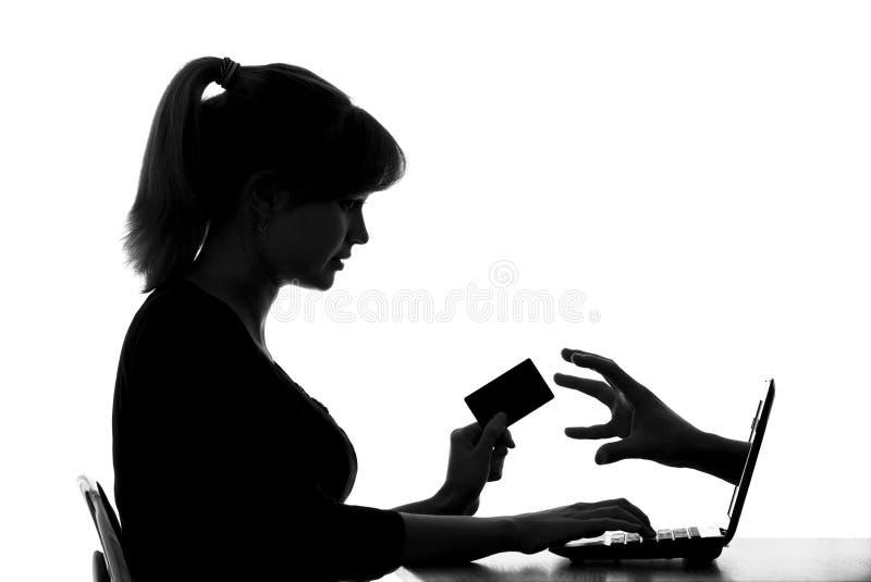 Konturn av en kvinna visar faran av online-shopping vid kortet arkivbilder