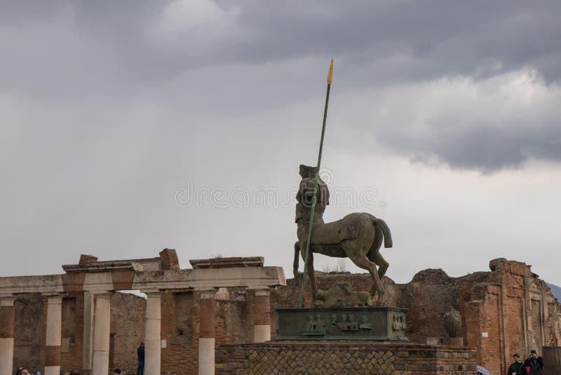 Konturn av en staty av en kentaur, på fördärvar av den forntida romerska staden av Pompeii royaltyfria bilder