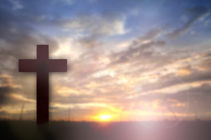 Konturn av Jesus med korsar över solnedgångbegreppet för religion, arkivbild
