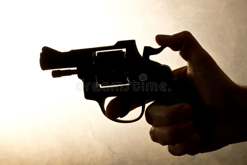 Konturn av a mans handen med en handeldvapen fotografering för bildbyråer