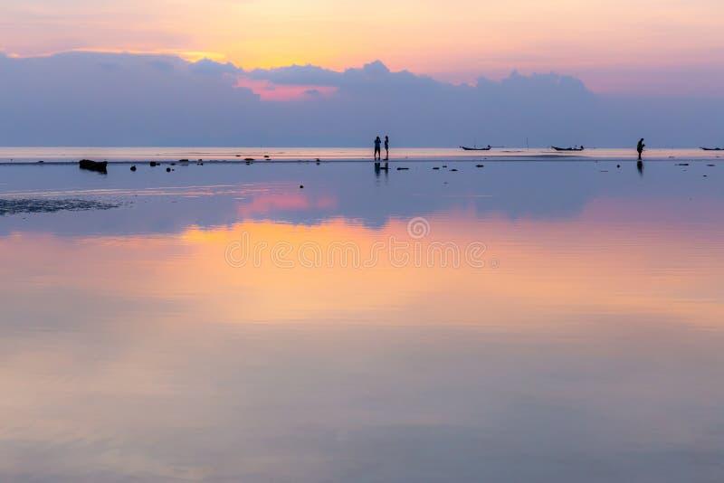 Konturn av par har söt tid på solnedgångstranden, kopia royaltyfri foto
