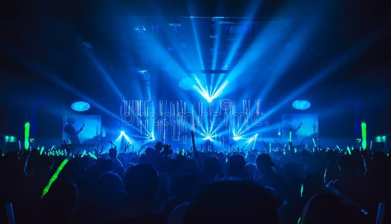 Konturn i nattklubb under blåa ljusa strålar strålar royaltyfri fotografi