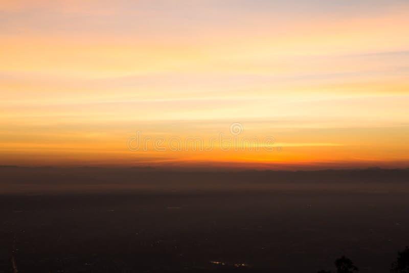 Konturpanoramaberg och naturlig ljus solnedg?ng fotografering för bildbyråer
