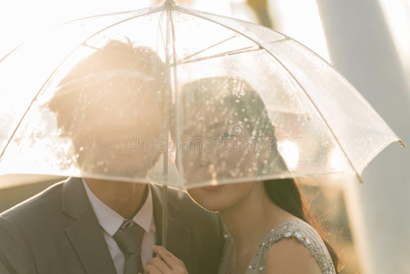 Konturpar som prewedding under paraplyet royaltyfria bilder