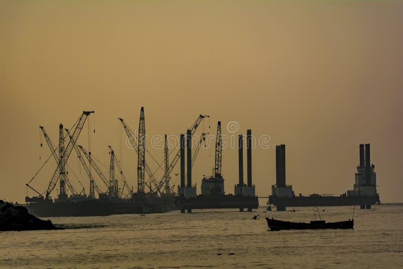 Kontursikt av en fungerande port/hamn fotografering för bildbyråer