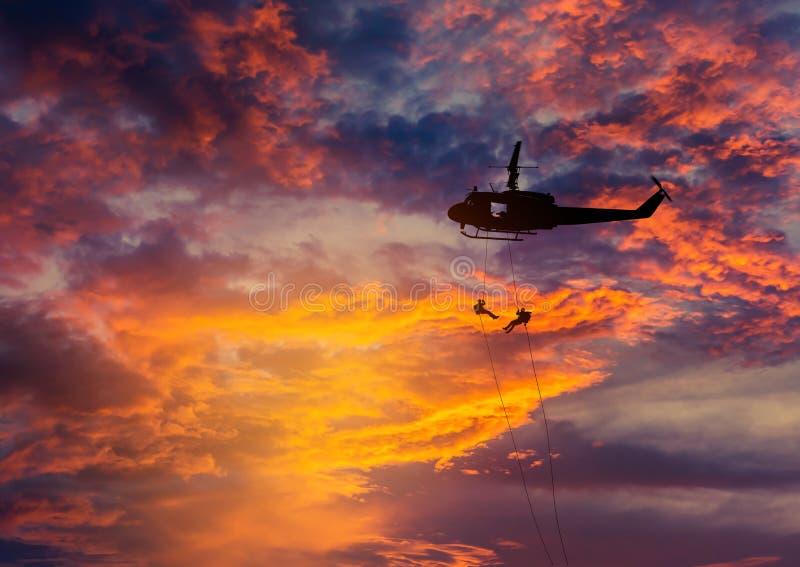 Kontursoldater, i rappelling, klättrar ner från helikoptern med för räknareterrorism för militär beskickning utbildning för anfal fotografering för bildbyråer