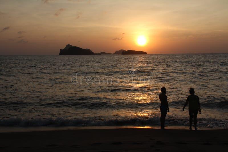 Kontursolnedgång och strand royaltyfria foton